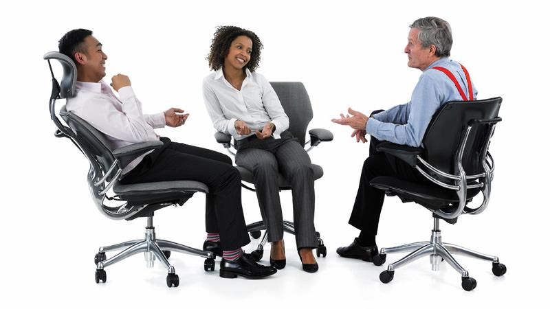 نشستن صحیح روی صندلی اداری ارگونومیک برای سلامتی کمر حین کار