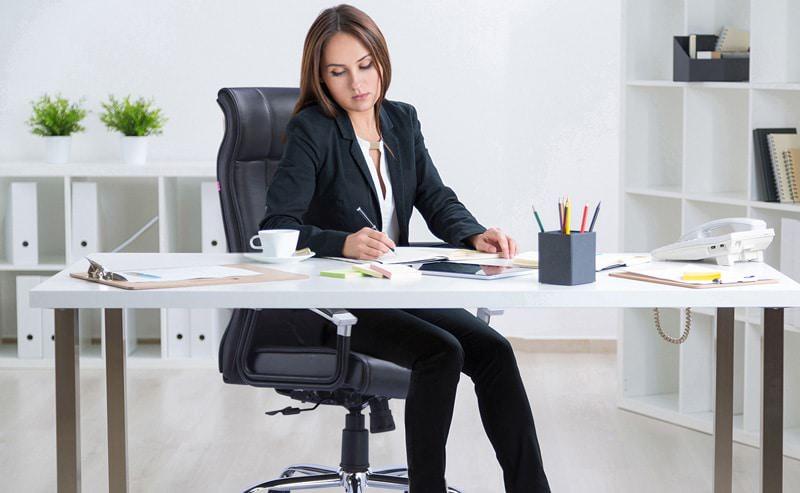 مدیر خانم در حالت نشسته روی صندلی مدیریت با مکانیزم قفلدار