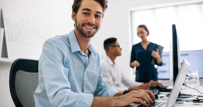نشستن روی صندلی اداری ارگونومیک هنگام کار با کامپیوتر و احساس راحتی